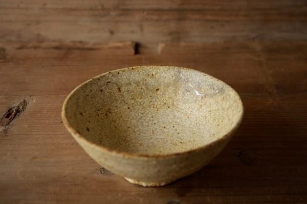 割れた茶碗の金継ぎ修理完成。器全体の画像。