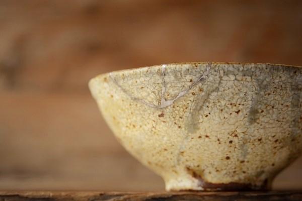 割れた茶碗の金継ぎ修理完成。器外側。ローアングルから。