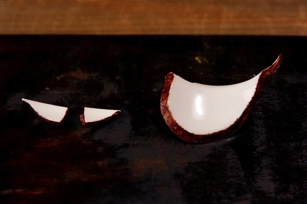 割れた小さな破片の断面にも麦漆を塗っていく