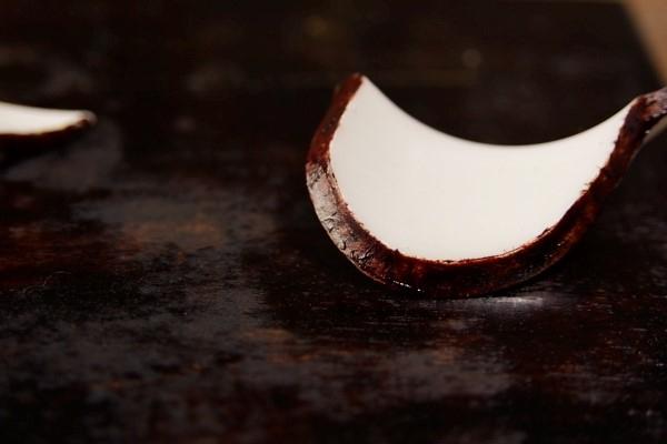 小さい破片の方も麦漆をある程度乾かして接着の頃合いを計る