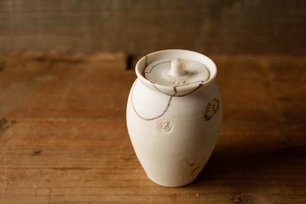 調味料入れの小さな白い壺