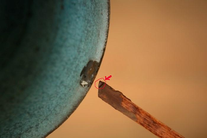 金継ぎの方法。続いて凹みのほうを埋める錆漆の準備。箆先のほんの少し錆漆を付ける。