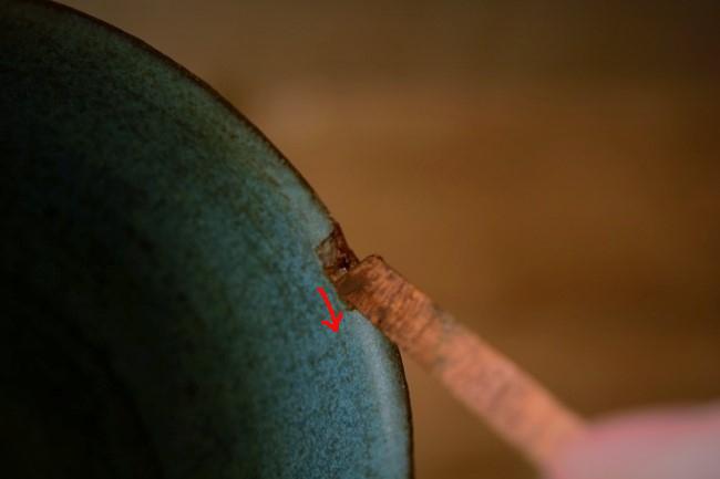 金継ぎの錆付けのやり方としては乗せた錆漆をヘラで押さえて、手前に通す。