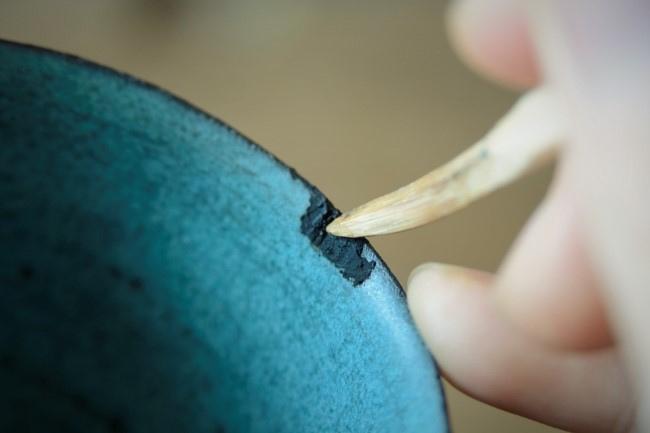 乾かなかった錆漆をヘラで取り除く