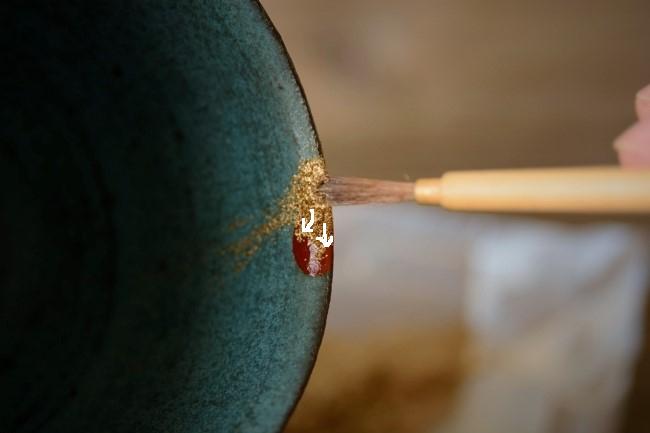 金継ぎの蒔絵では真鍮粉を使って漆の上にのせていく。