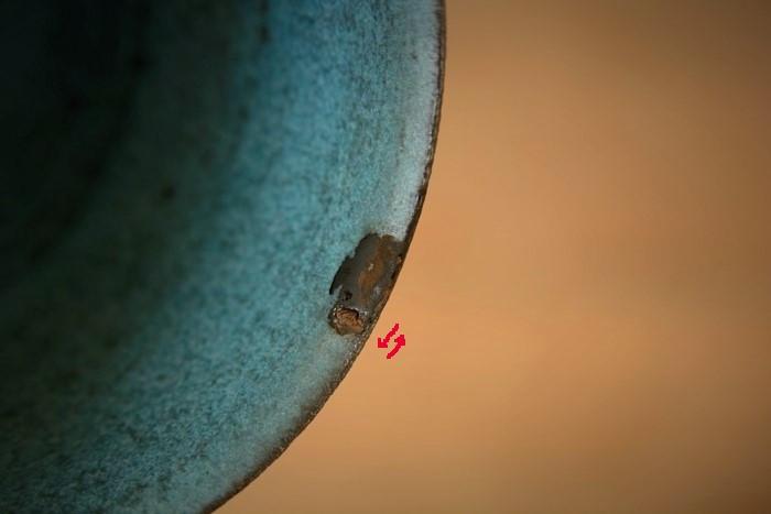 器の欠け部分にのせた錆漆をヘラを使って左右に広げる