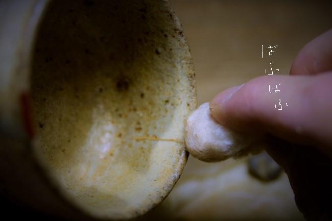 真綿に付けた金粉を真綿で漆に付けていく。