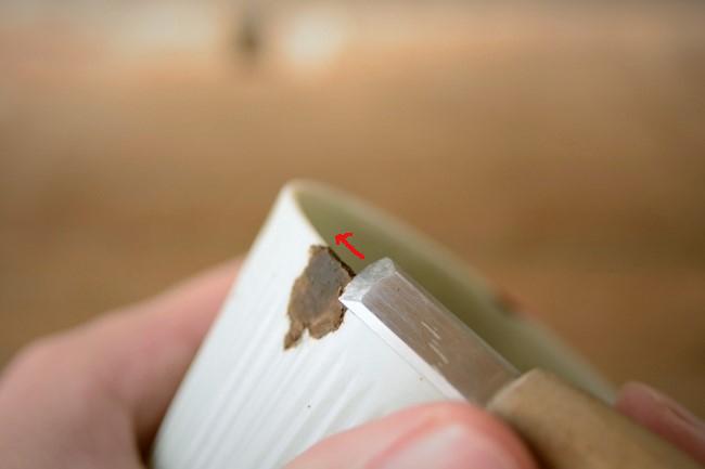 金継ぎの錆漆を刃物で削っていく。