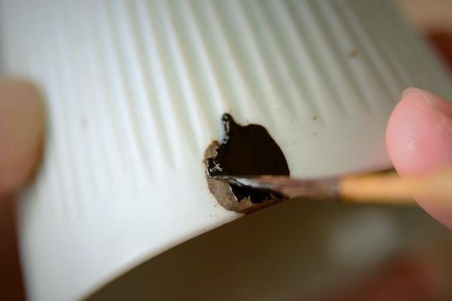 金継ぎの下塗り作業では漆が厚くならないように気を付ける。