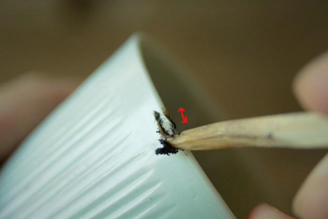 金継ぎ作業の錆漆が縮んだのを刻苧箆を使って削り取る