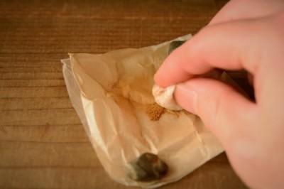 金継ぎの蒔絵の方法としては真綿を使って金粉を蒔く