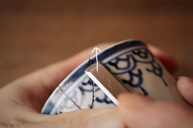 金継ぎの接着作業ではみ出したエポキシを彫刻刀で削る