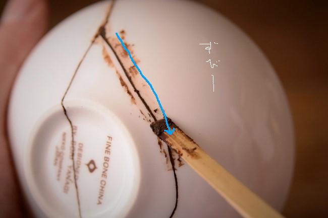 今度は反対側に向かってヘラをとおして錆漆をしっかりと隙間に入れてゆく