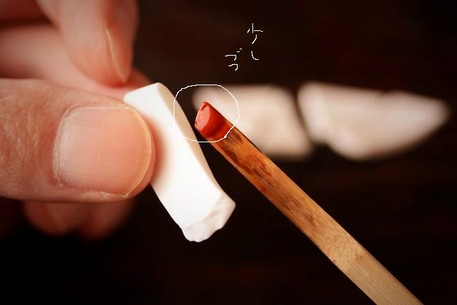 割れたソーサーの断面には少しずつエポキシ接着剤を塗っていく。