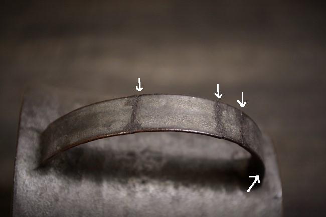 接着した取っ手の隙間に麦刻苧を詰め込む