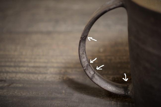 金継ぎの作業。接着した取っ手の隙間に麦刻苧を詰め込む