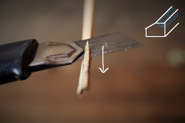 ヘラにする竹串の左側をカッターで削る