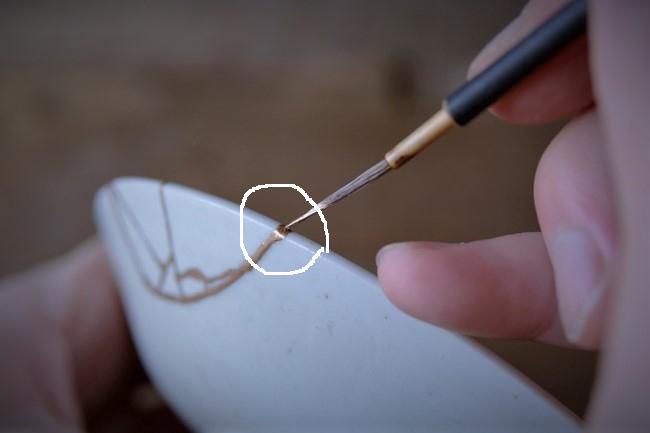 器の接着部分に新うるしを塗っていく
