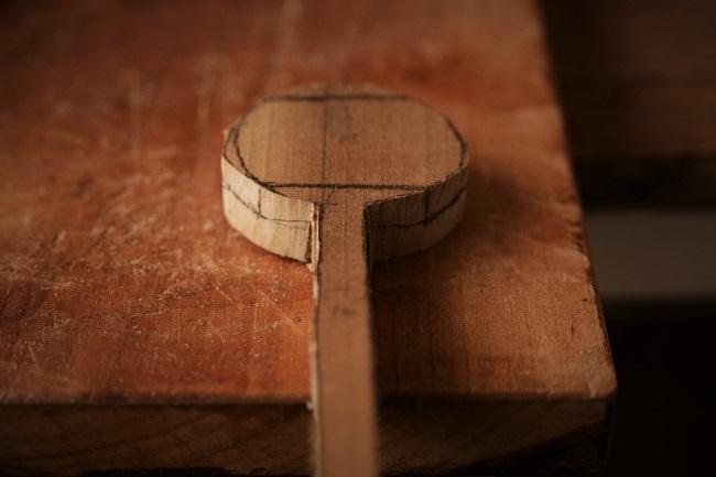 木製のスプーンに鉛筆で線を引く