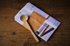 木のスプーンを贈るための封筒を自作する