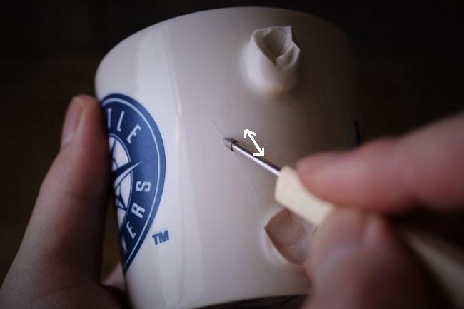 マグカップに入ったひびをやすりで研ぐ