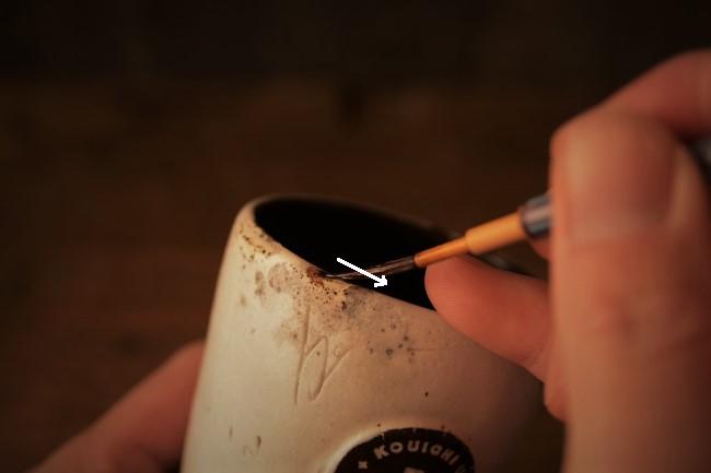 カップの欠けた部分に漆を浸み込ませる