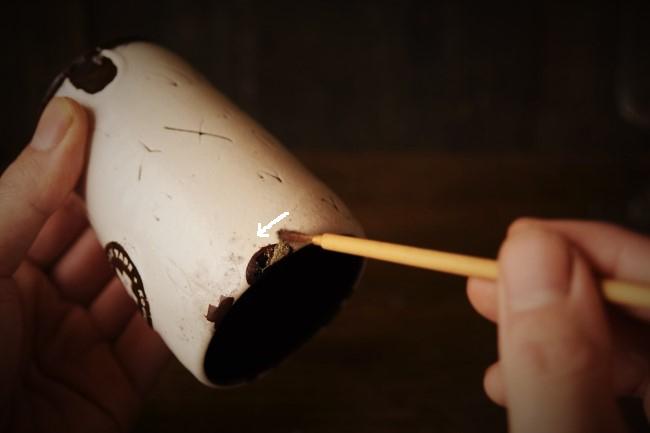 蒔絵の作業で錫粉を蒔く