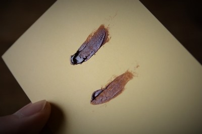 器の割れた断面に麦漆を塗っていく