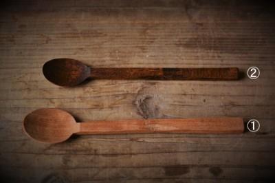 木地のスプーンと拭き漆をしたスプーン