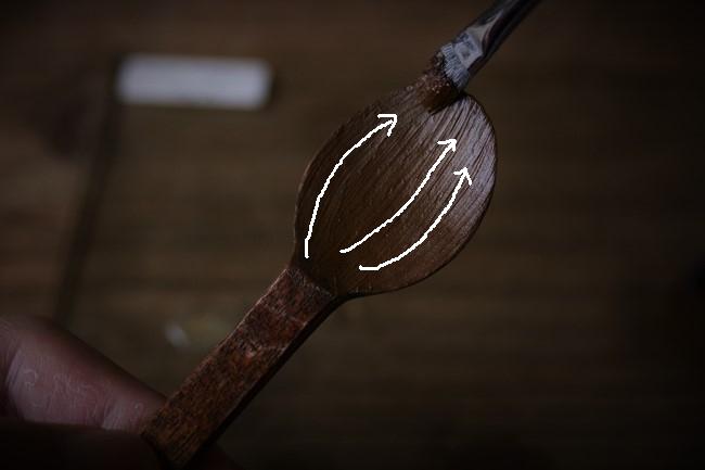 平筆を使ってスプーンに錆漆を付けていく