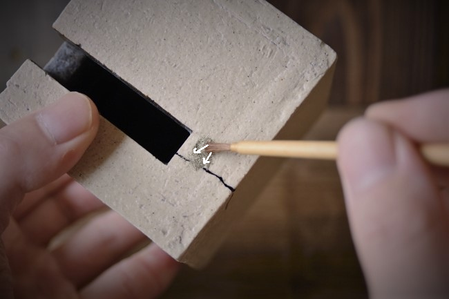 金継ぎの蒔絵作業