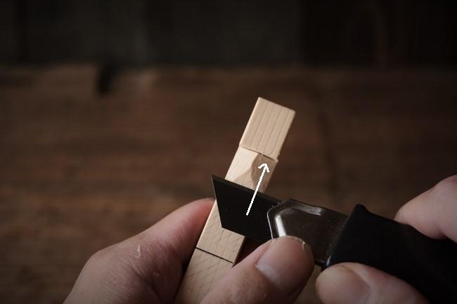 金継ぎで使うヘラ置きを削る