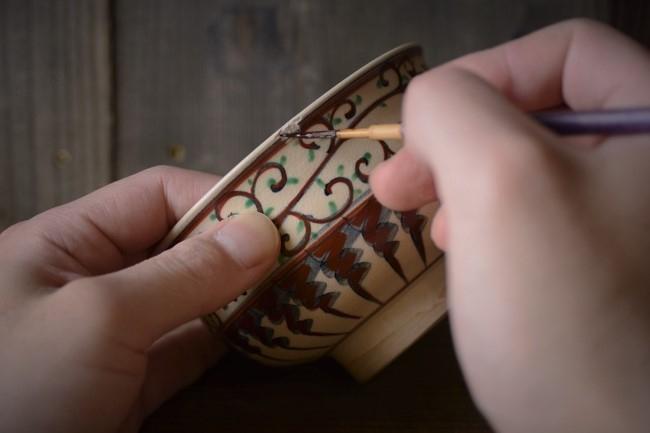 金繕いの木地固め作業。生漆を欠けた箇所に浸み込ませる