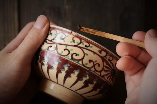 金繕いの錆付け作業。錆漆を欠けた箇所に充填する